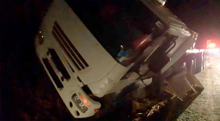 Caminhão que transportava a pedra perdeu os freios em uma ladeira