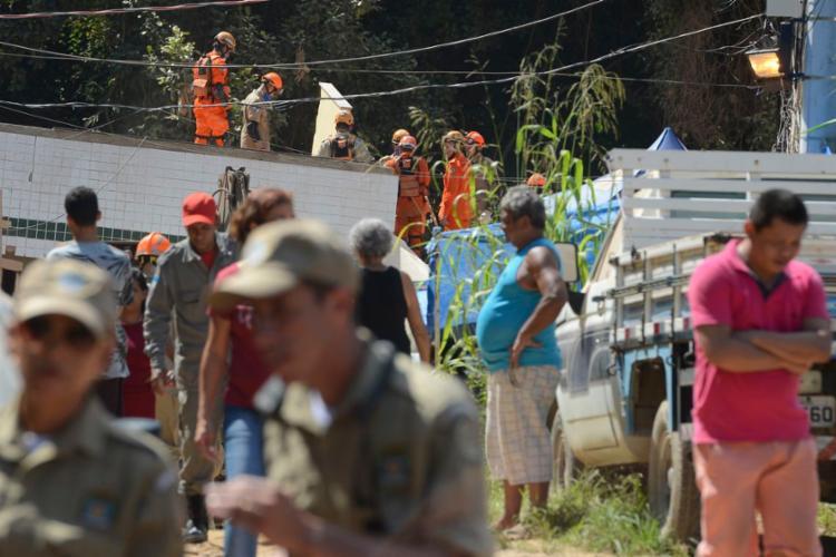 Bombeiros continuam fazendo buscas por mais desaparecidos - Foto: Tânia Rêgo | Agência Brasil