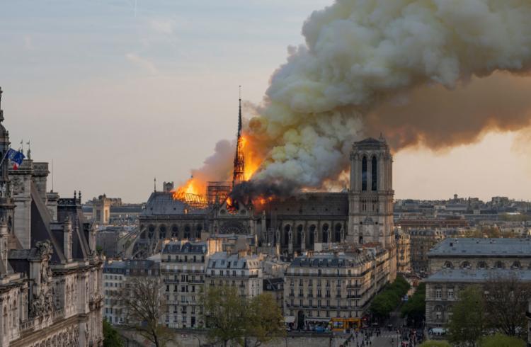 Esta não esta é a primeira vez que o fogo ameaça destruir a igreja situada no coração de Paris - Foto: Fabien Barrau l AFP