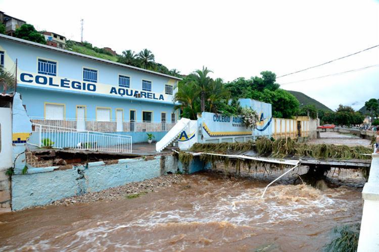 Ponte de acesso ao Colégio ficou parcialmente destruída com o temporal - Foto: Divulgação   Prefeitura de Jacobina