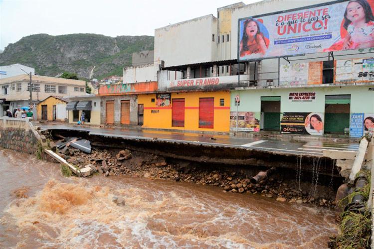 Parte da via da rua Margem Rio do Ouro foi uma das mais atingidas