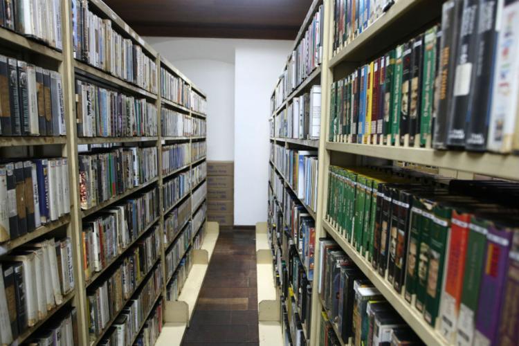 Acervo tem mais de dois mil livros sobre a história do cinema - Foto: Carol Garcia   GOV-BA