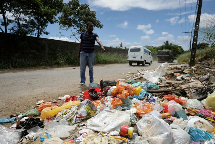 Jurandir Araújo aponta lixo na rua, destacando descaso com população | Foto: Joá Souza | Ag. A TARDE