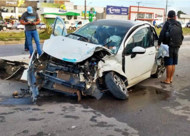 Carro de passeio ficou totalmente destruído - Foto: Ed Santos | Acorda Cidade