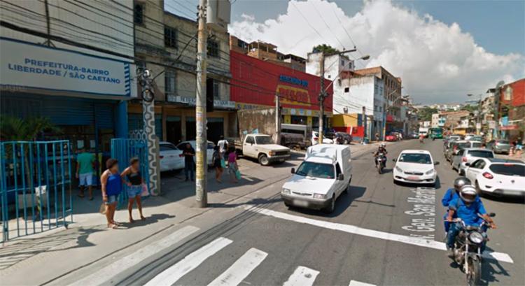 Carro capotou em frente a Prefeitura Bairro da Fazenda Grande do Retiro - Foto: Reprodução | Google Maps