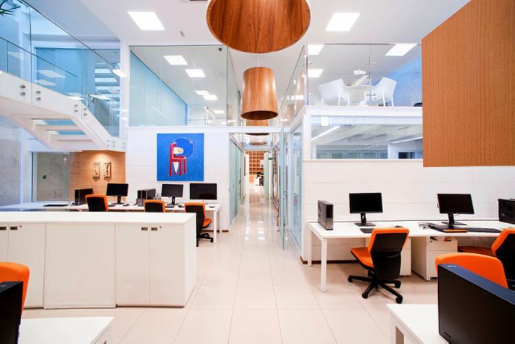 No escritório Antônio Caramelo, o pé-direito alto permitiu a criação de um segundo ambiente - Foto: Tarso de Figueira | Divulgação