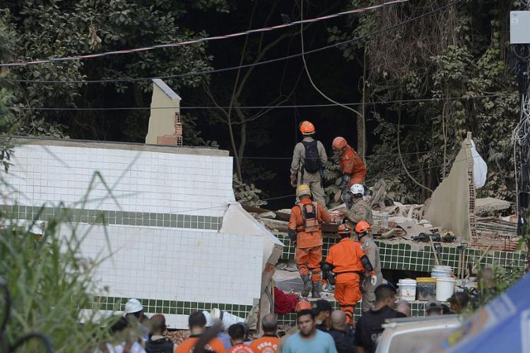 Nove pessoas, incluindo uma criança, foram resgatadas com vida - Foto: Fernando Frazão l Agência Brasil