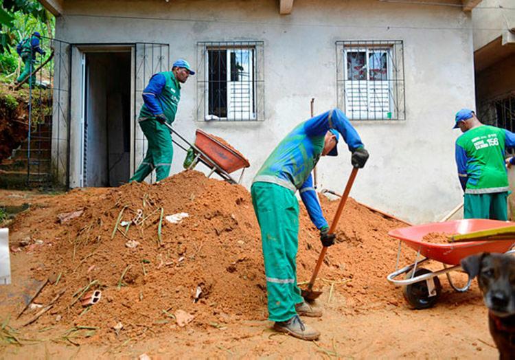 A casa do ajudante de produção Valdir Nascimento, situada na Estrada Velha de Periperi, foi atingida por um deslizamento de terra nesta segunda-feira, 1º - Foto: Shirley Stolze   Ag. A TARDE