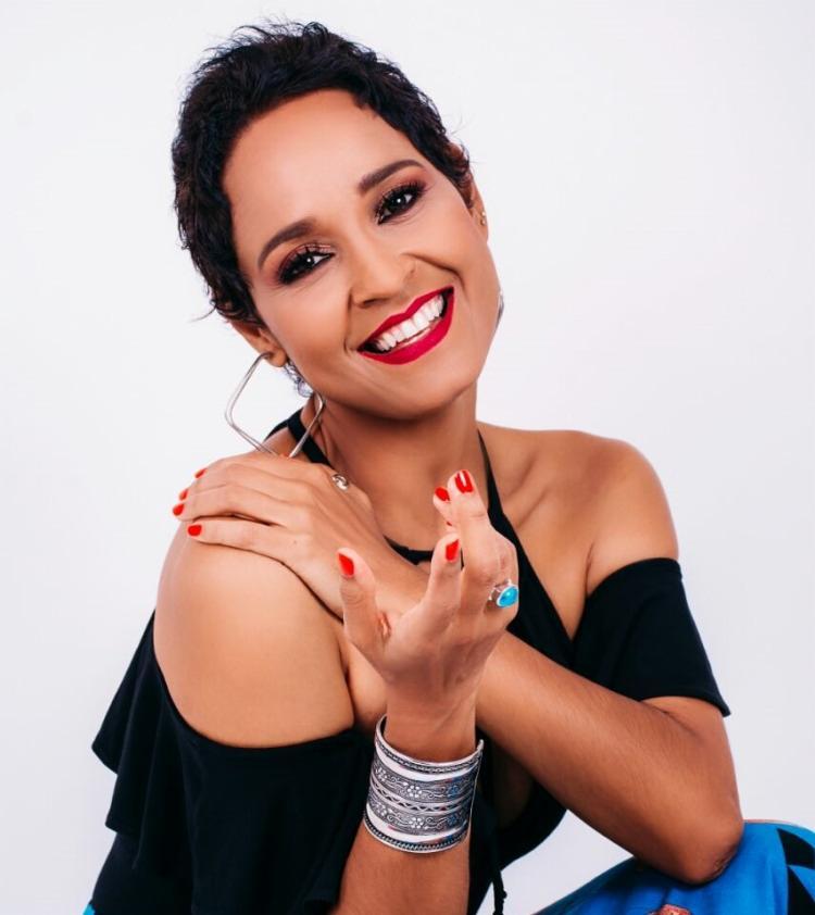 A cantora, gestora ambiental e jornalista, Carla Visi se apresenta nos dias 21 e 22 de abril - Foto: Divulgação