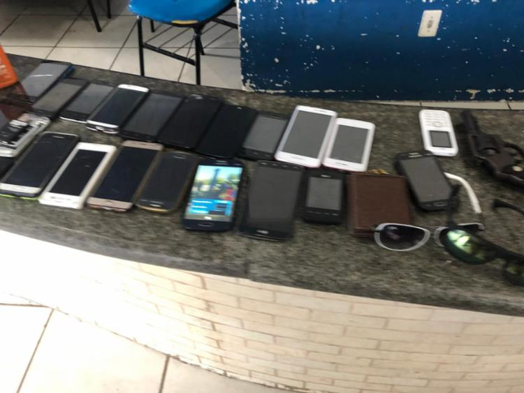 Uma arma e 22 celulares foram encontrados com suspeitos | Foto: Divulgação | SSP