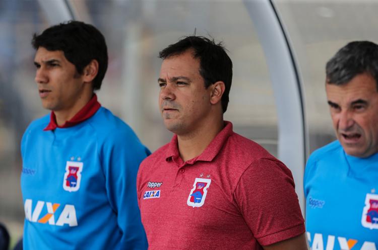 No clube paranaense, Dado Cavalcanti (centro) teve um aproveitamento de 37,8% - Foto: Geraldo Bubniak | Paraná Clube