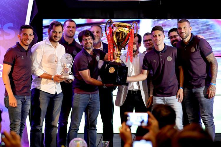 O Esporte Clube Bahia recebeu o troféu de campeão do Baianão - Foto: Felipe Oliveira | EC Bahia