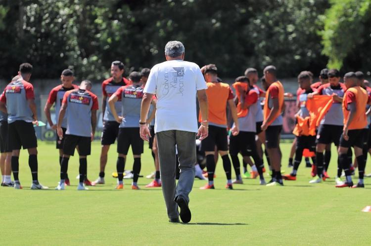 Novo presidente do clube desceu ao gramado para conversar com a comissão técnica e jogadores - Foto: Maurícia da Matta | EC Vitória