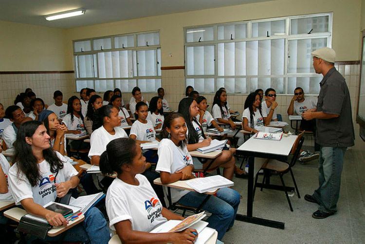 Selecionados receberão camisa e material de estudo - Foto: Carlos Casaes | Ag. A TARDE | 04.08.2003