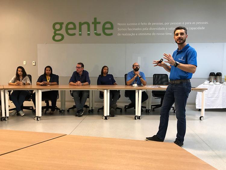 Leandro Balena, diretor industrial do Grupo Boticário, apresenta resultados em evento na fábrica, localizada em Camaçari (BA)