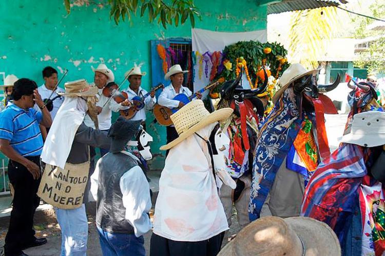 Mexicanos fantasiados e com máscaras tomam as ruas da cidade para festejar seus mortos - Foto: Divulgação