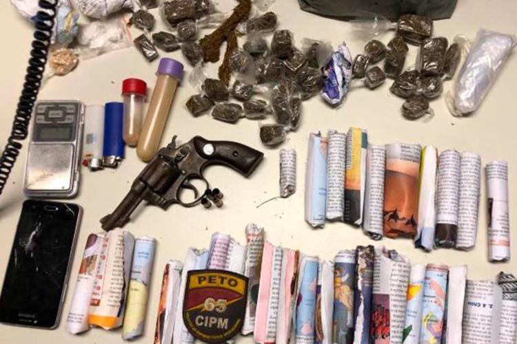 Material foi apreendido com grupo que vendia drogas - Foto: Reprodução | Acorda Cidade
