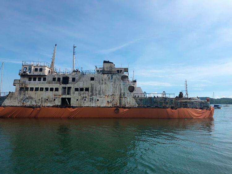 Com ajuda de mergulhadores, lona foi colocada embaixo da embarcação - Foto: Divulgação | Marina Aratu