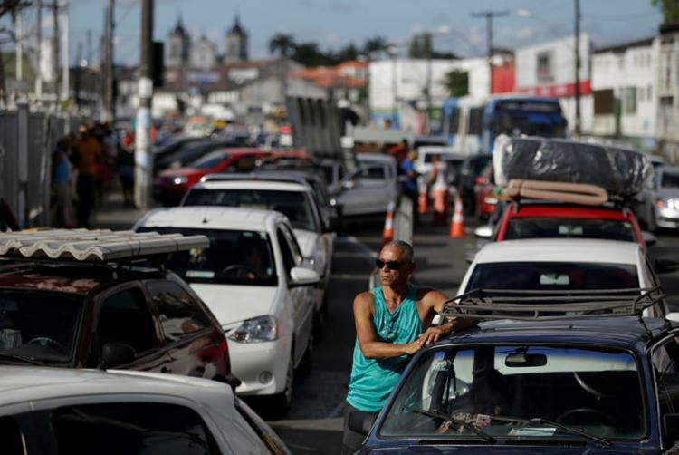 Motoristas aguardam até 1h30 na fila no Terminal de São Joaquim - Foto: Raul Spinassé   Ag. A TARDE