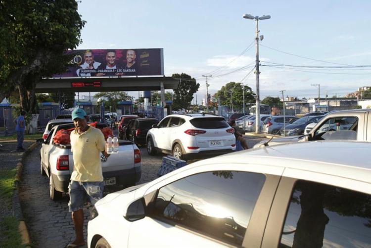 Motoristas enfrentam fila de até 2h30 - Foto: Uendel Galter | Ag. A TARDE