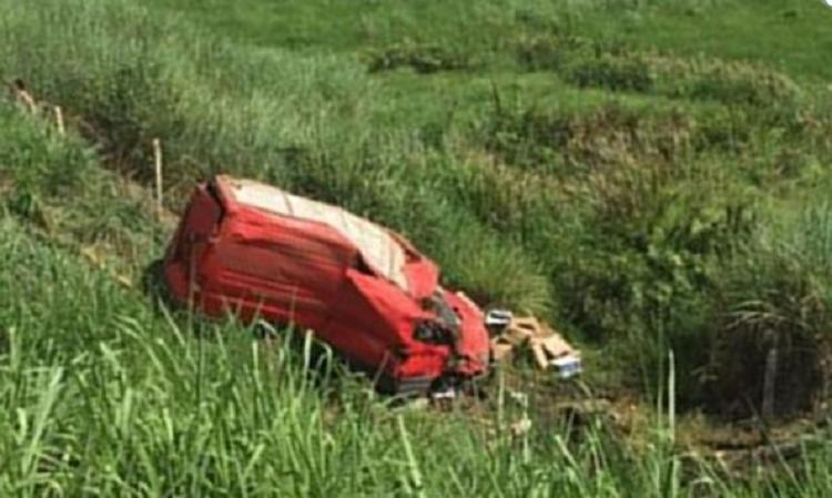 Veículo capotou e caiu em ribanceira - Foto: Reprodução   Itambé Agora