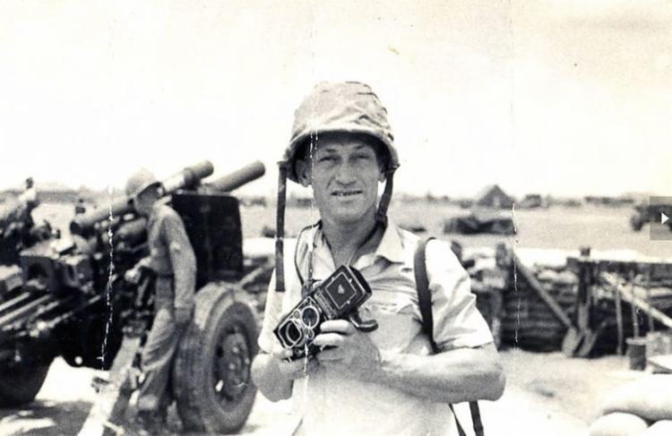 Fotógrafo Gervásio Baptista enquanto exercia sua profissão