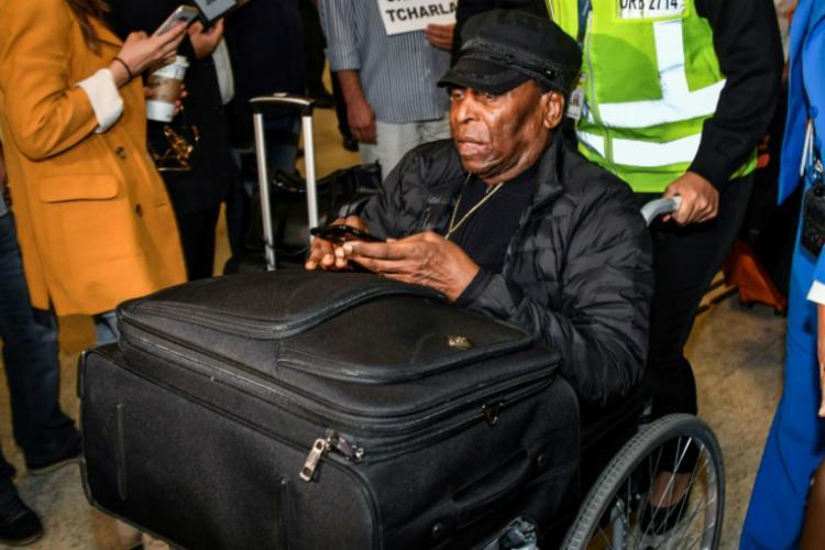 Pelé desembarcou no aeroporto Internacional de Cumbica na manhã desta terça-feira, 9 - Foto: Nelson Almeida | AFP