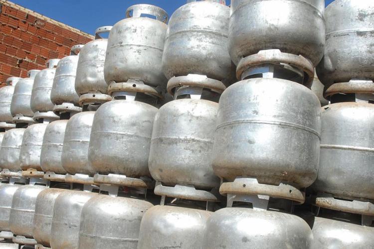 O preço do gás residencial (gás de cozinha) permanece inalterado, com ajuste trimestral previsto para agosto - Foto: Marcello Casal l Agência Brasil