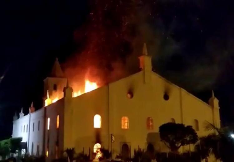 Bombeiros resgataram uma vitima que estava dentro da igreja - Foto: Reprodução | Sertão em pauta