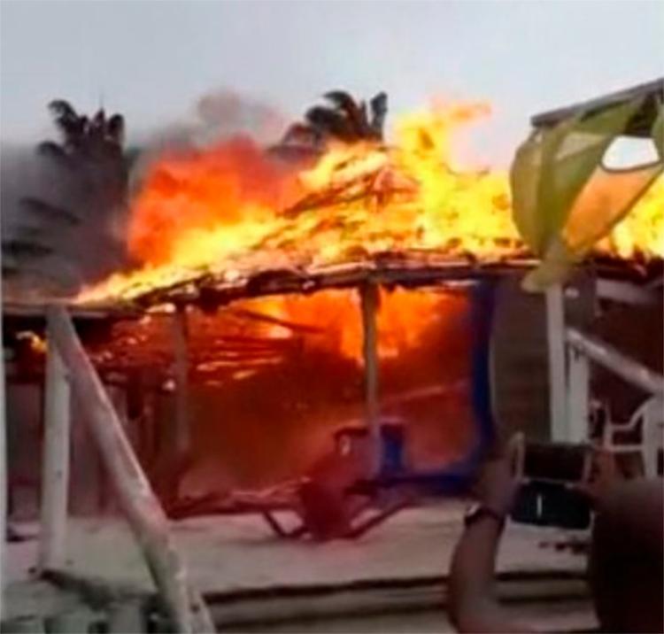 Causadas por uma faísca, as chamas queimaram o estabelecimento rapidamente - Foto: Reprodução | Teixeira News