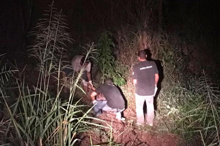 Corpo do motociclista foi arremessado para vegetação local - Foto: Reprodução | Radar64
