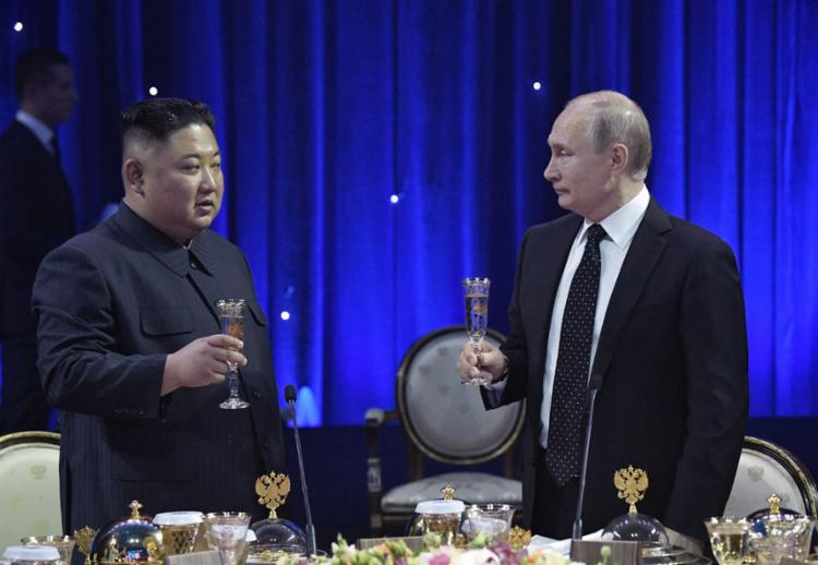 Os líderes Kim Jong-un e Vladimir Putin durante cúpula em Vladivostok - Foto: Alexey NikoIsky l AFP
