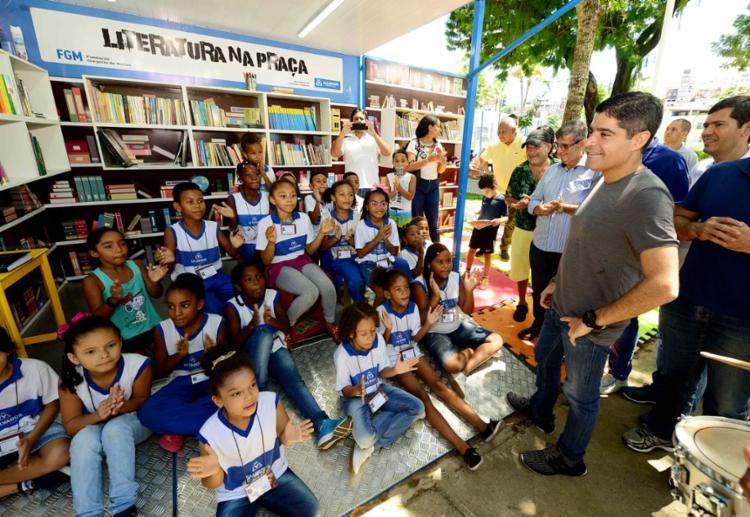 Praça ganhou um contêiner com um acervo de 380 livros - Foto: Valter Pontes | Secom