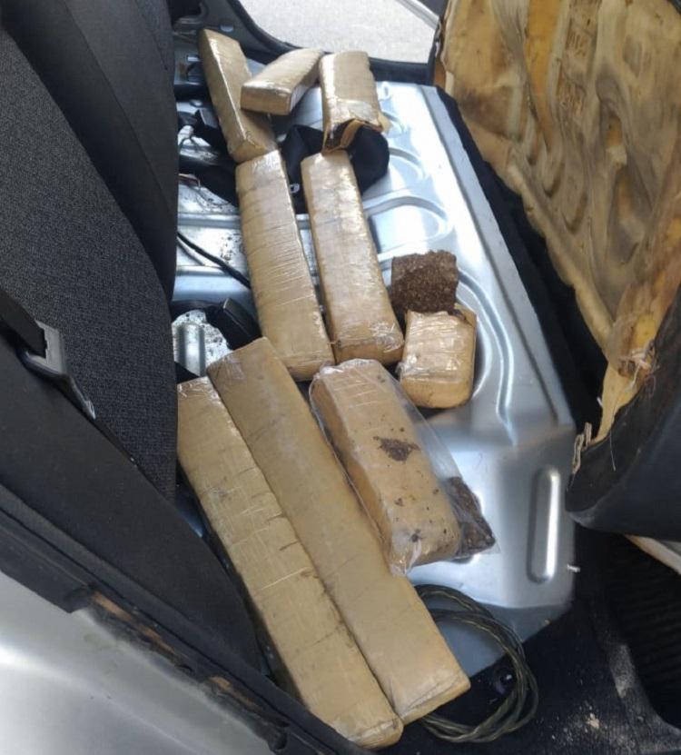 As drogas estavam embaixo do forro da porta e do banco traseiro do carro - Foto: Divulgação | SSP