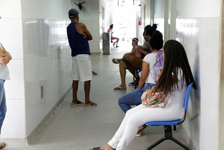Pacientes na USF que funciona no bairro do Lobato - Foto: Gilberto Junior | Ag. A TARDE