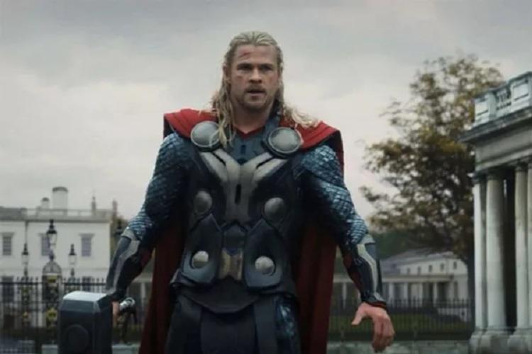 Thor (Chris Hemsworth) estava prestes a receber o comando de Asgard das mãos de seu pai Odin (Anthony Hopkins) quando forças inimigas quebraram um acordo de paz