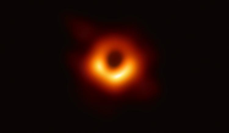 A imagem revela o buraco negro no centro de Messier 87, uma enorme galáxia ao redor do planeta Virgem - Foto: Observatório do Sul Europeu   AFP