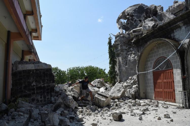 Acredita-se que muitas pessoas ainda se encontrem presas nos escombros - Foto: Ted Aljibe | AFP