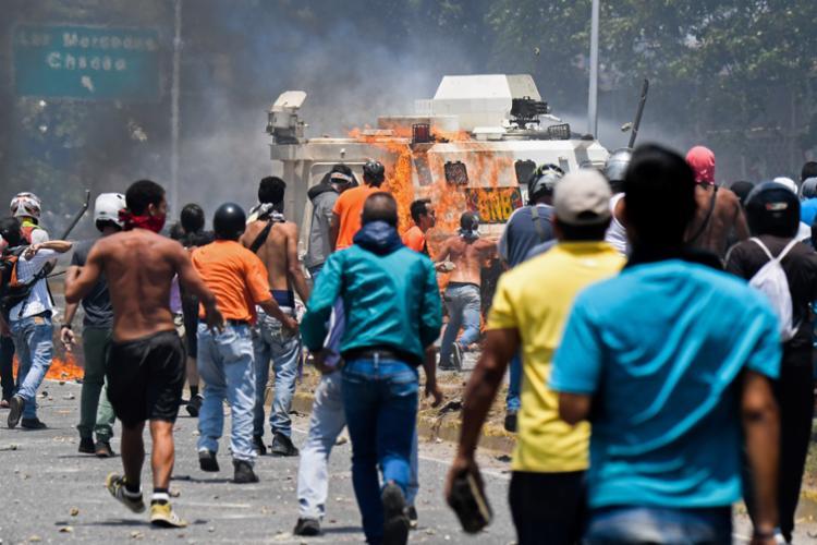 Há relatos de confrontos entre manifestantes e forças de segurança nas ruas da capital do país - Foto: Federico Parra | AFP