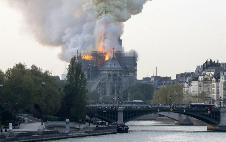 Incêndio devastou estrutura histórica, destruindo torre e dois terços do teto - Foto: François Guillot | AFP