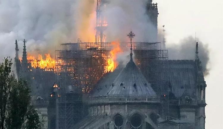 A fumaça podia ser vista saindo do topo da catedral medieval - Foto: Reprodução