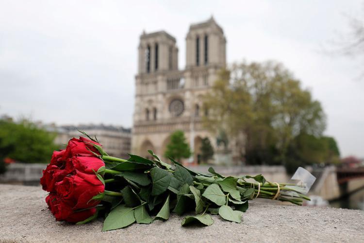 Mais de 400 bombeiros impediram o colapso total da igreja - Foto: Ludovic Marin | AFP