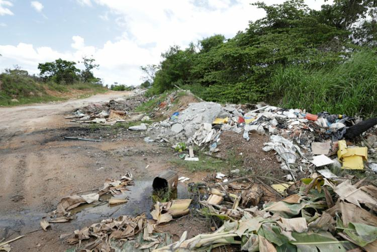 Restos de construção são descartados às margens da estrada na zona rural - Foto: Joá Souza | Ag. A TARDE