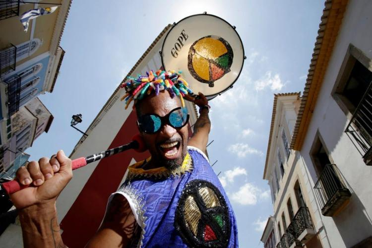 O percussionista Bira Jackson no Pelourinho, bairro onde o Olodum nasceu - Foto: Raul Spinassé / Ag. A TARDE