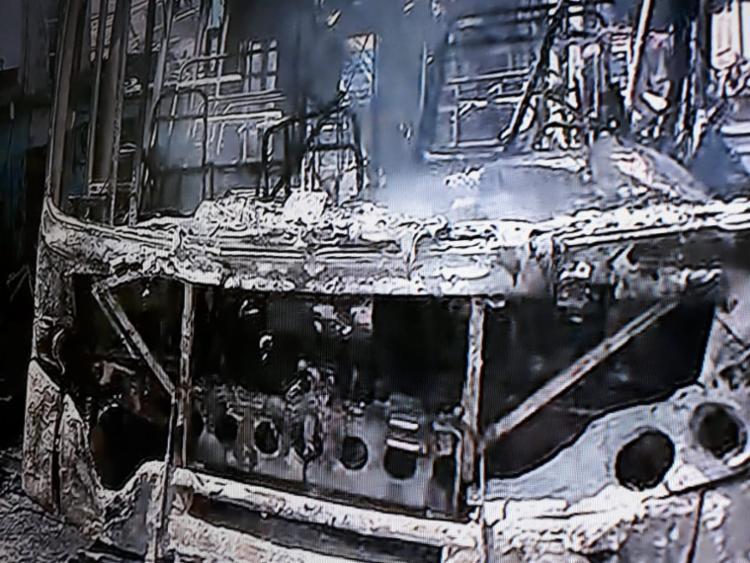 ônibus ficou completamente destruído após as chamas