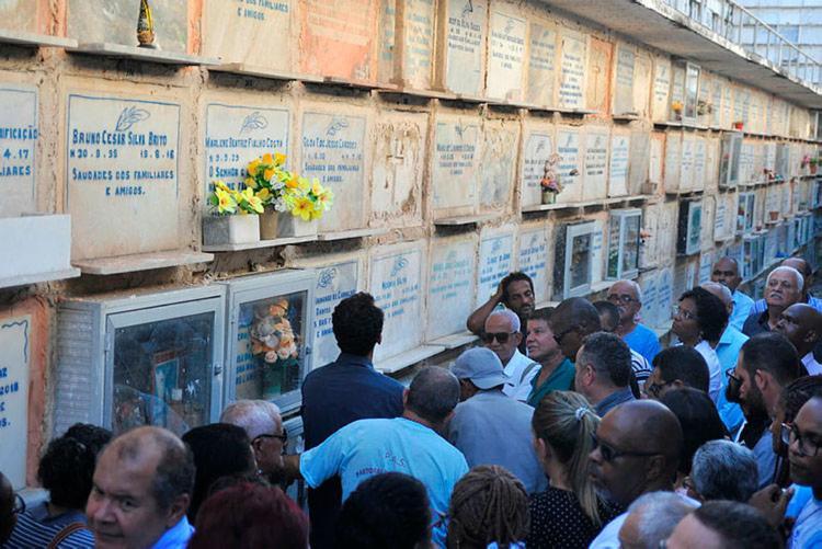 Sepultamento aconteceu na Baixa de Quintas, em Salvador, e reuniu dezenas de fiéis - Foto: Felipe Iruatã | Ag. A TARDE