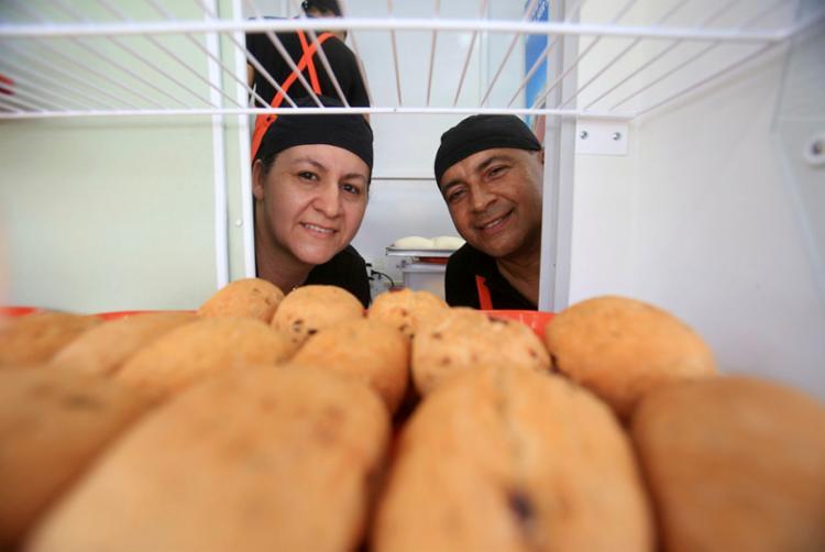 Tatiana e Albert tocam a Truck Pães, food truck em Stella Maris