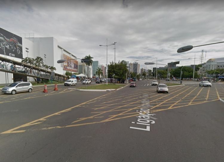 Segundo a polícia, o caso aconteceu próximo a um shopping, na Avenida Tancredo Neves - Foto: Reprodução | Google Maps