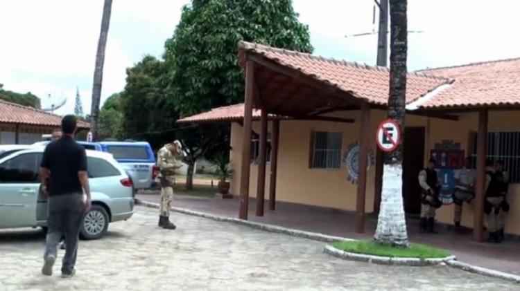 Após cometer o crime, o homem se apresentou na sede da Polícia Militar do município - Foto: Reprodução   RADAR 64