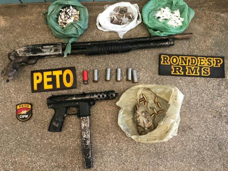 Com os suspeitos foram encontrados uma espingarda, uma metralhadora 9 mm, drogas e munições - Foto: Divulgação | SSP-BA